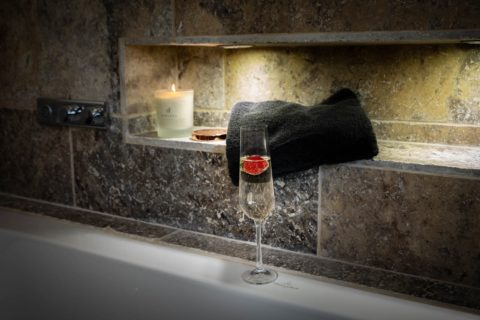 Luxury-hotel-photographer-bathroom-champagne